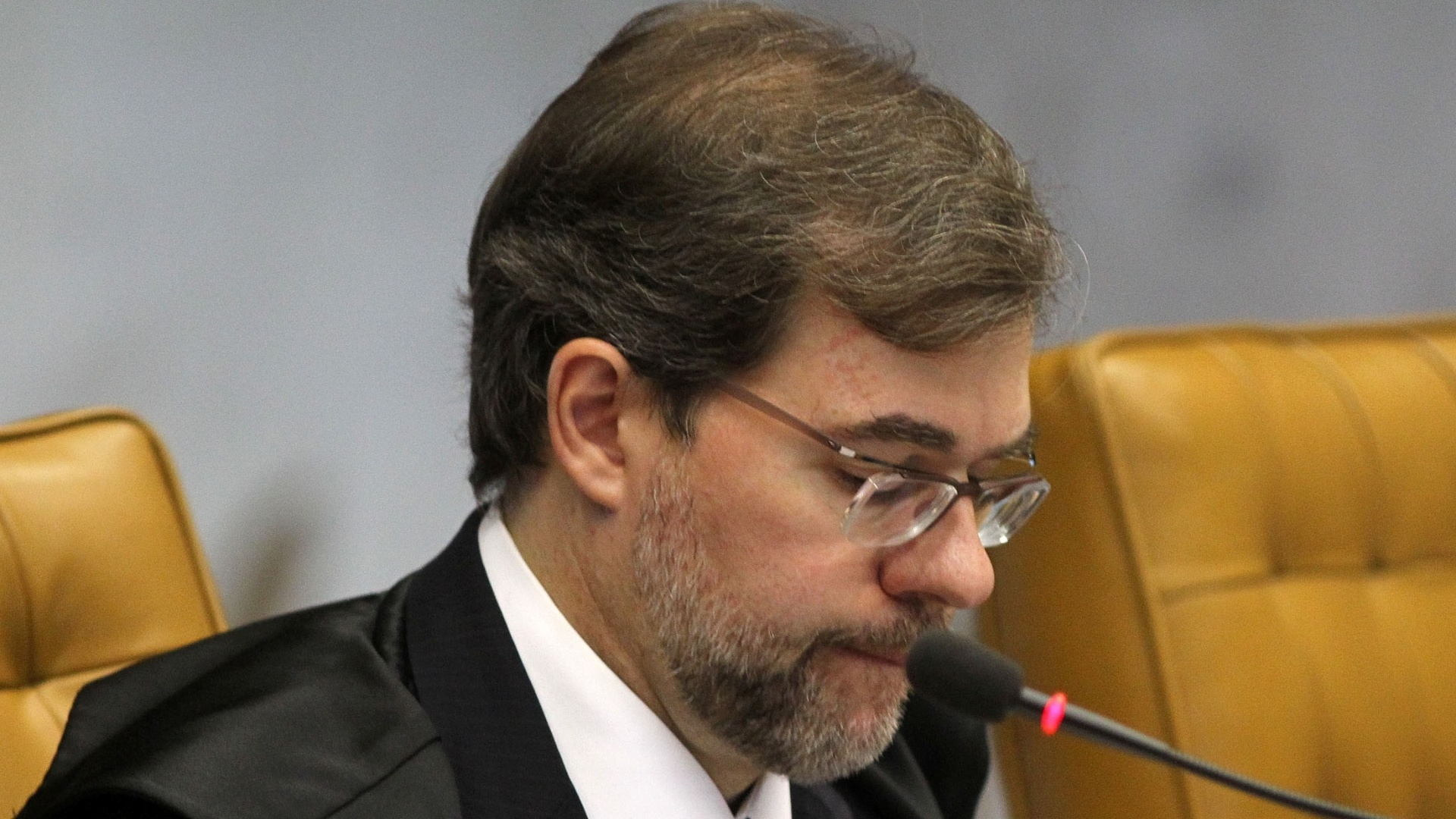 12.nov.2012 - O ministro do STF Dias Toffoli acompanha sesso do julgamento do mensalo, em Braslia. Durante definio da pena do ex-ministro da Casa Civil Jos Dirceu para o crime de corrupo ativa, Toffoli no votou, j que ele e o ministro Ricardo Lewandowski, revisor do processo, absolveram Dirceu