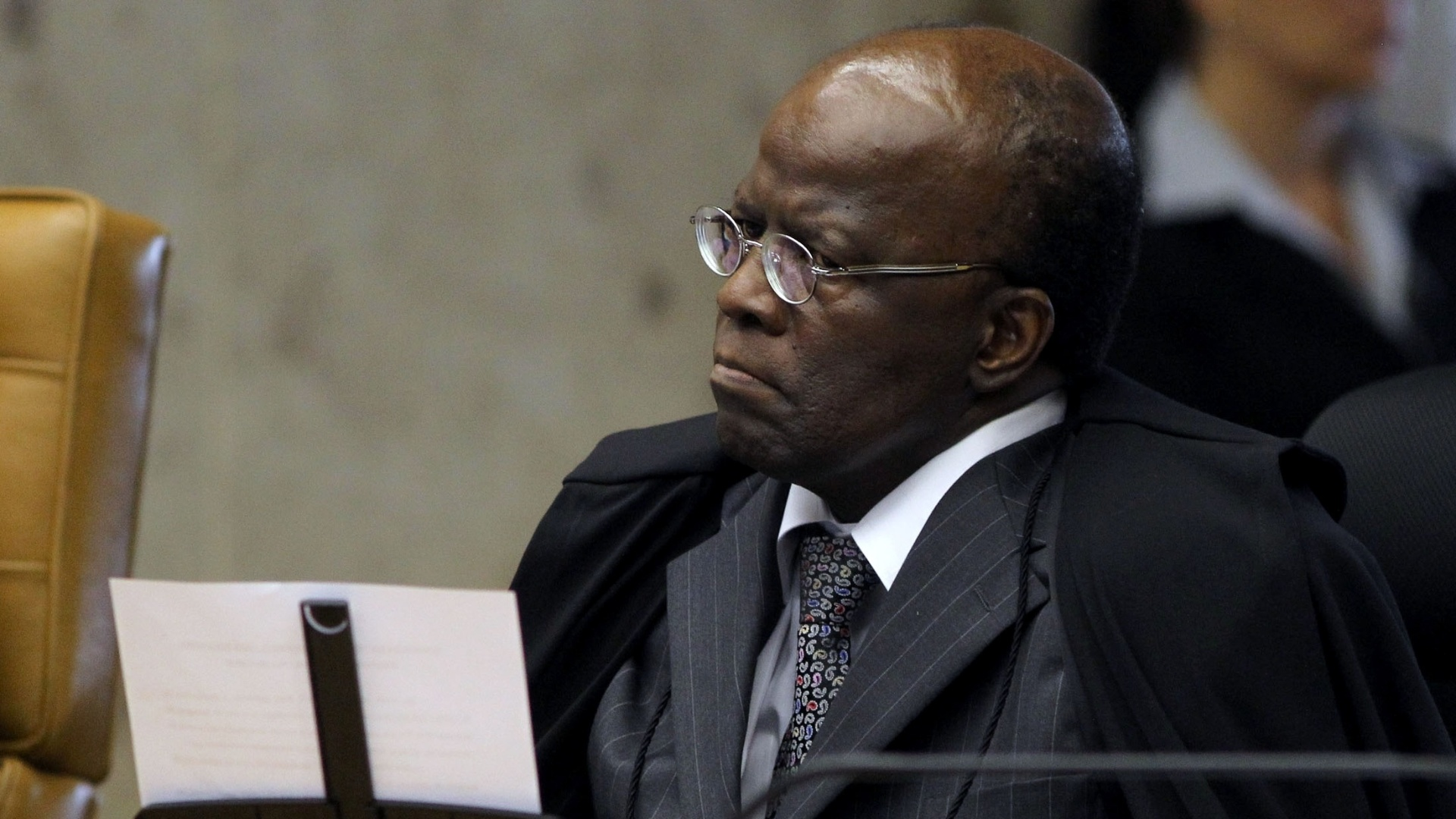 12.nov.2012 - O ministro-relator do processo do mensalo, Joaquim Barbosa, participa de sesso no STF, em Braslia. Durante a sesso, Barbosa Barbosa discutiu com o ministro-revisor do processo, Ricardo Lewandowski, e criticou o colega porque, na semana passada, Lewandowski levou vrios minutos para ler um artigo de jornal em defesa dos rus do ncleo publicitrio
