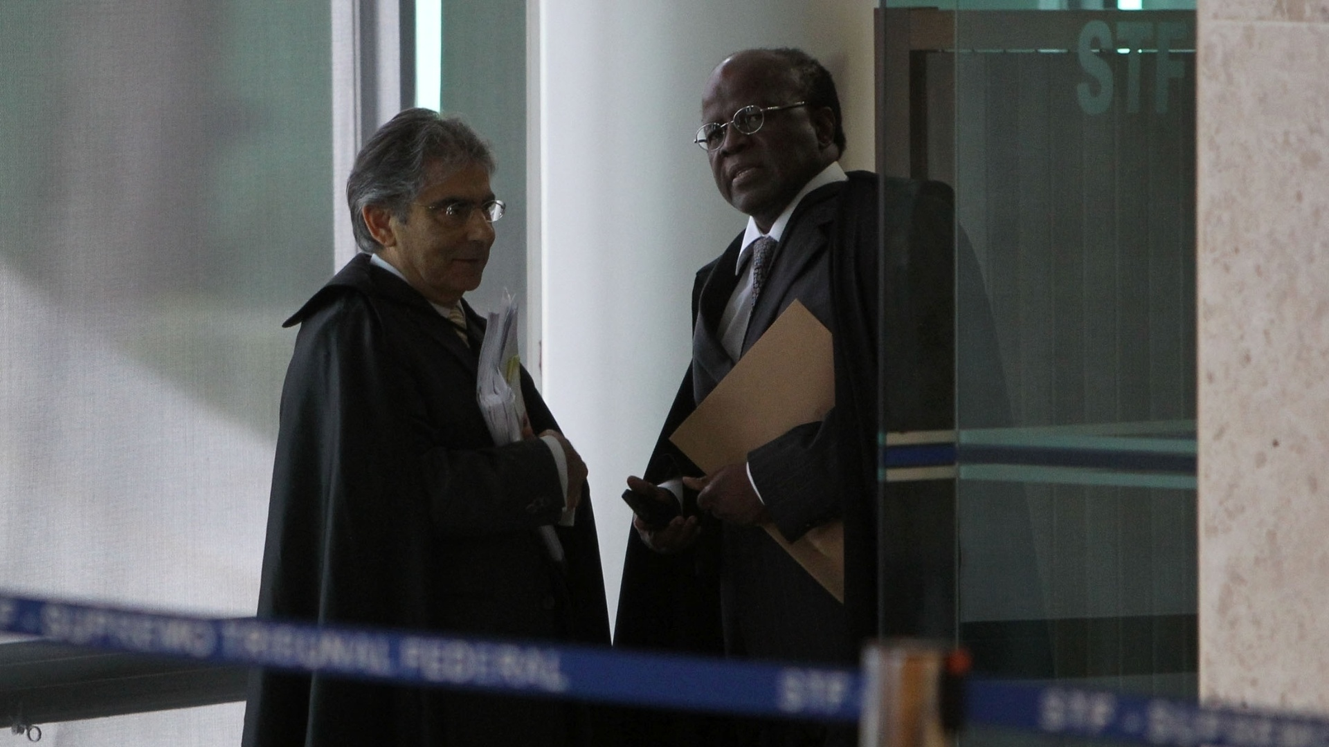 12.nov.2012 - O presidente do Supremo Tribunal Federal, o ministro Ayres Britto, e o ministro-relator do processo do mensalão, Joaquim Barbosa, aguardam para entrar no plenário para sessão do julgamento do mensalão, em Brasília.