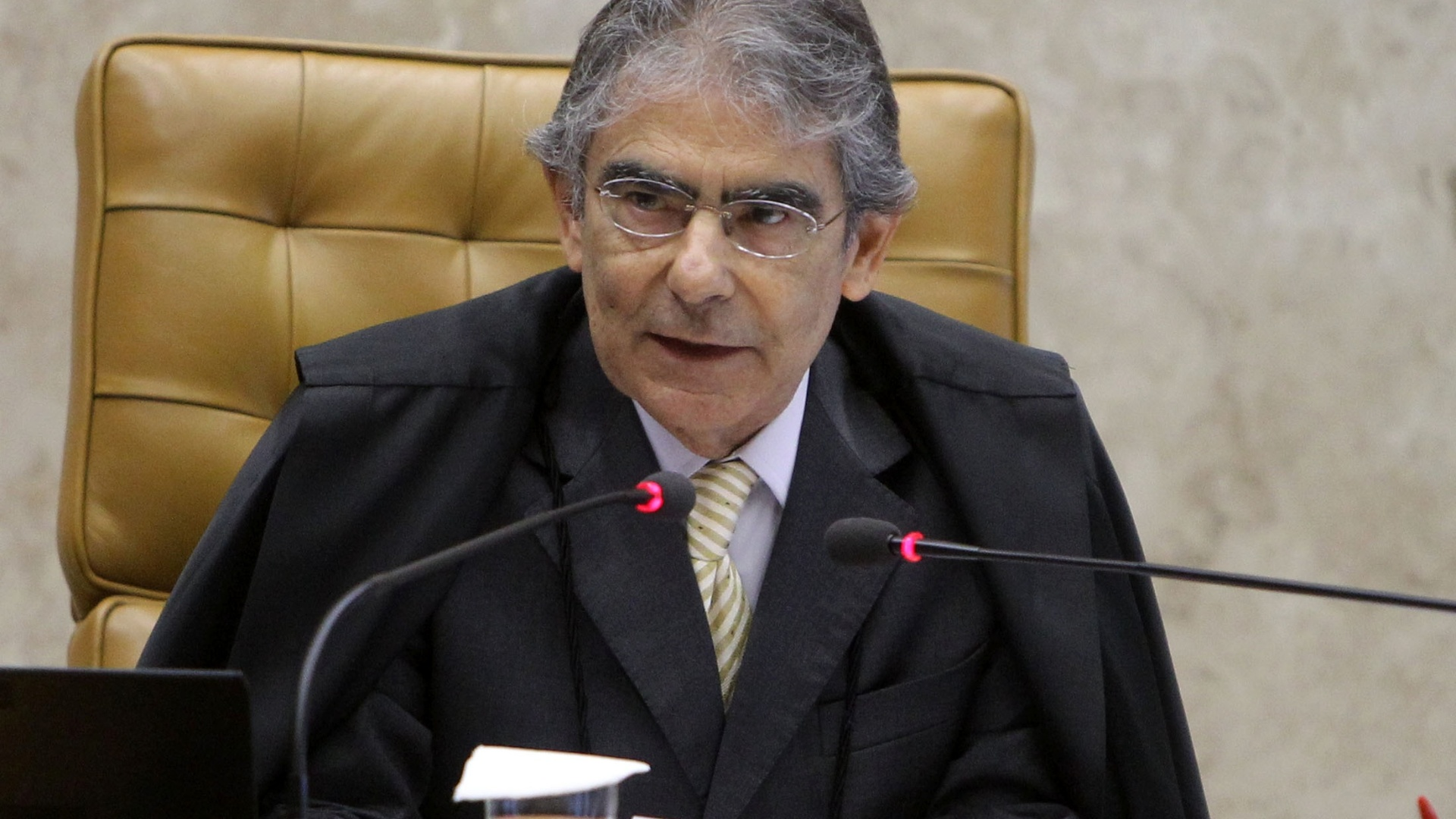 12.nov.2012 - O presidente do Supremo Tribunal Federal, o ministro Ayres Britto, participa de sesso do julgamento do mensalo, em Braslia. Aps um retrospecto das votaes da ltima sesso, na quinta-feira (8), Britto diz que faltam votar quanto  r Simone Vasconcellos, pelo crime de lavagem de dinheiro, os ministros Dias Tffoli, Crmen Lcia e Marco Aurlio
