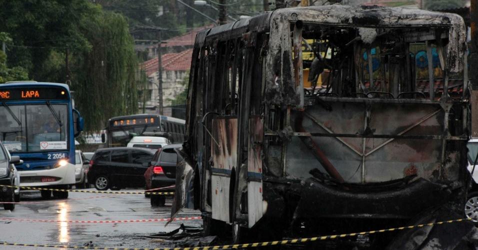 12.nov.2012 - Ônibus é incendiado na avenida Maria Amália Lopes Azevedo, no Tremembé, zona norte da cidade de São Paulo, no final da noite deste domingo (11). Ninguém ficou ferido. O caso está registrado no 20° DP
