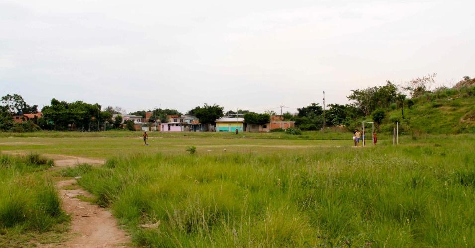Campinho de peladas do Jardim Iguaçu, uma das única áreas de lazer do bairro de Nova Iguaçu