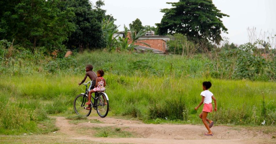 Crianças do Jardim Iguaçu, em Nova Iguaçu: Emerson Sheik é filho ilustre do bairro