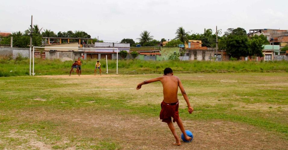 Garotos jogam bola no mesmo campo em que Emerson Sheik costumava jogar, em Nova Iguaçu
