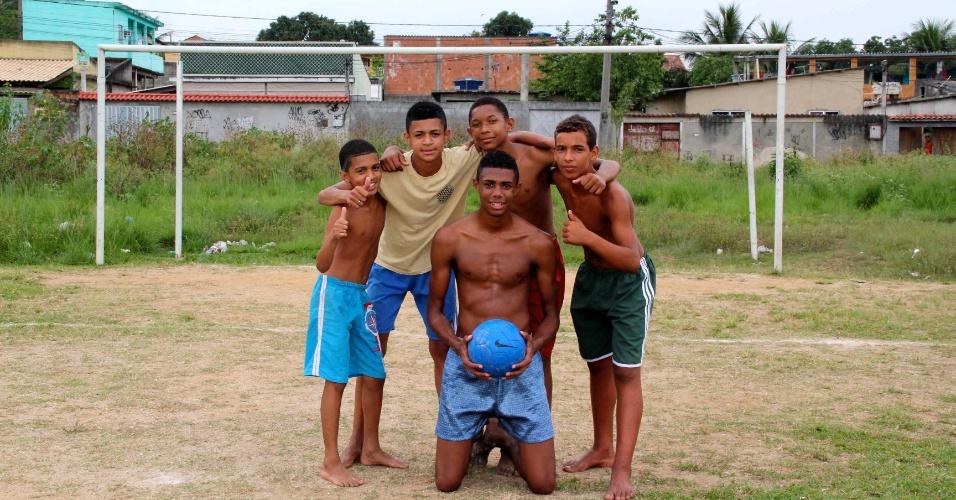 Jovens no campo de futebol mais próximo da casa em que Emerson Sheik morou em Nova Iguaçu