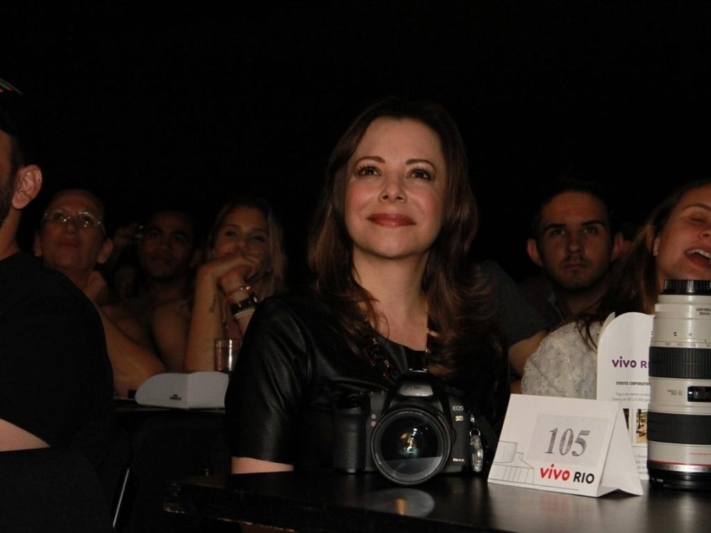 Noely Lima assiste o show da filha Sandy em apresentação que encerra turnê do álbum