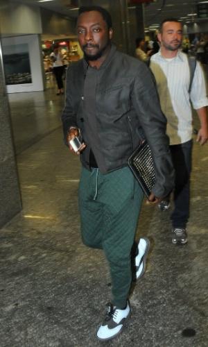 Will.i.am desembarca no aeroporto do Galeão, no Rio de Janeiro (12/11/12)