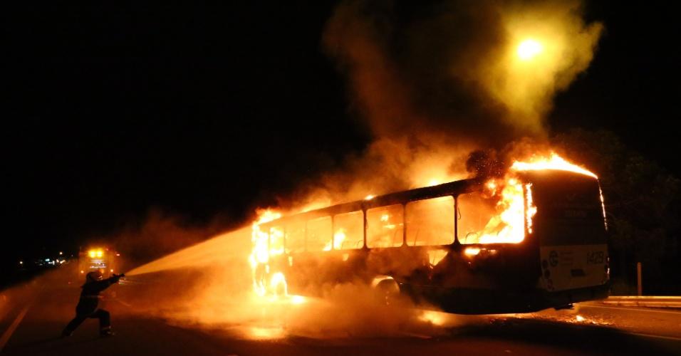 13.fev.2012 - Bombeiros tentam apagar as chamas de ônibus que foi incendiado por criminosos na noite de segunda-feira (12), em Florianópolis, Santa Catarina. O ato teria sido uma represália contra o suposto assassinato de jovens pela polícia da região. Ninguém ficou ferido