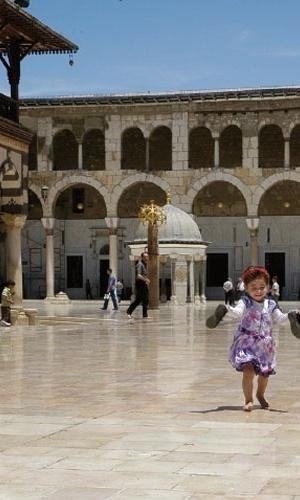 13.nov.2012 - A mesquita de Damasco, na Síria, é uma das mais visitadas do mundo. Na imagem, uma garota de dois anos já sabe que não pode pisar em solo sagrado com seus sapatos. O clima na capital síria não demonstrava a guerra civil em que o país vivia quando Klester Cavalcanti esteve na região