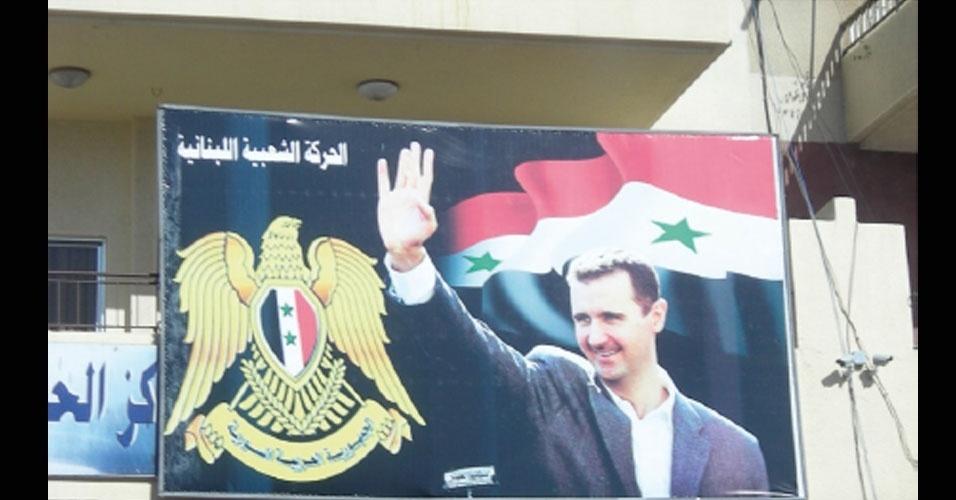 13.nov.2012 - Cartaz com foto do ditador sírio Bashar al-Assad; inúmeros pôsteres e fotografias do dirigente estão espalhados por prédios governamentais e prisões