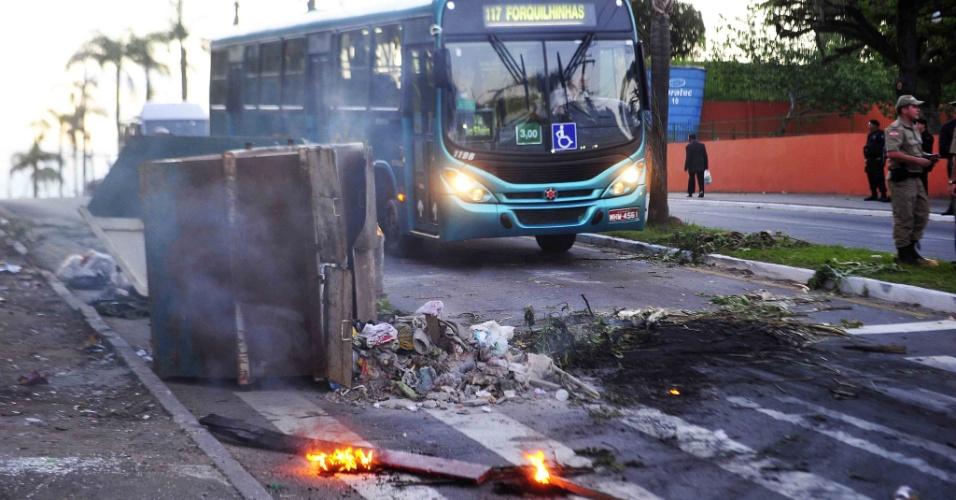 13.nov.2012 - Dois contêineres foram incendiados no início da noite desta terça-feira (13) no Morro da Caixa, na altura da Avenida Ivo Silveira, em Florianópolis. O fogo começou por volta das 19h20. Segundo a PM, o incêndio foi provocado por moradores da região
