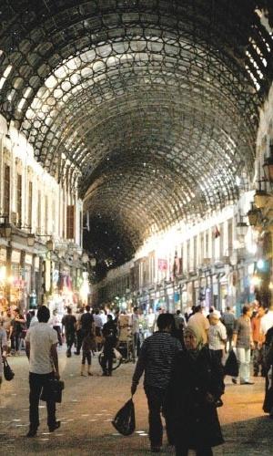 13.nov.2012 - Mercado de Damasco lotado de turistas e moradores locais que tentam comprar frutas e especiarias, numa paz que não existia no resto da Síria