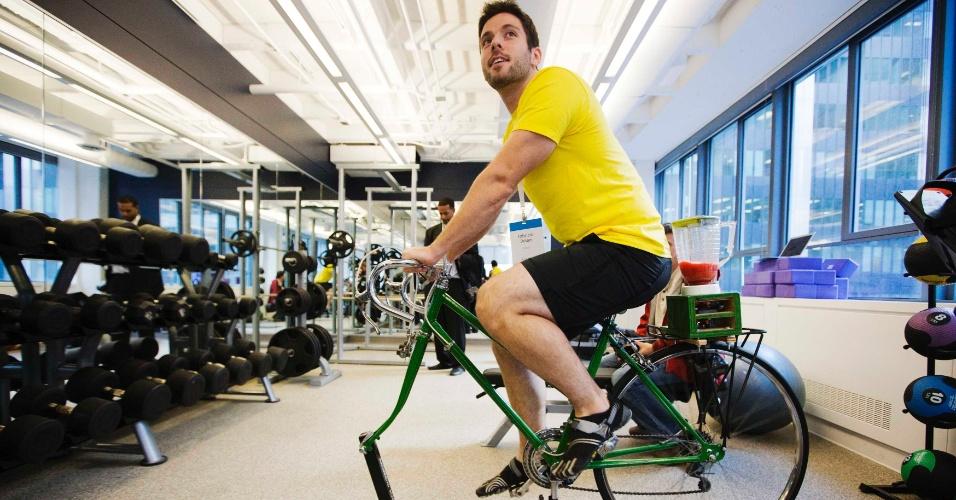 13.nov.2012 - Novo escritório do Google foi inaugurado em Toronto, no Canadá. Espaço tem minipista de golfe, cabine de DJ e mesa de sinuca para uso dos funcionários. Na academia, pedaladas da bicicleta fazem o liquidificador funcionar