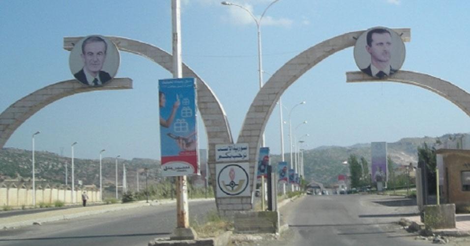 13.nov.2012 - Posto de fronteira entre Masnaa, no Líbano, e a Síria registra fotos do ditador Bashar al-Assad (à dir.) e de seu pai, que presidiu o país até a morte, Hafez al-Assad (à esq.)