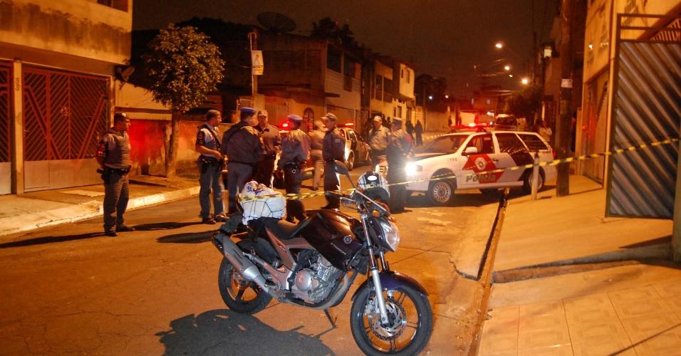 13.nov.2012 - Um policial militar morreu ao ser atingindo por tiros quando chegava de moto em casa, nesta terça-feira (13), no Jardim Ottawa, em Guarulhos, na Grande São Paulo