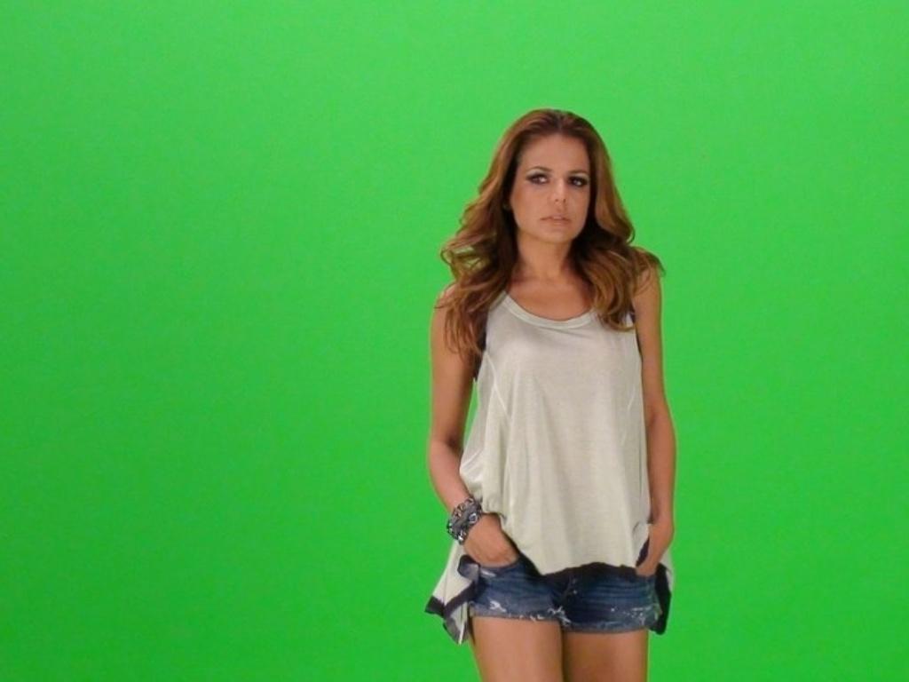 A atriz Nivea Stelmann participa do clipe da nova música do cantor Latino,