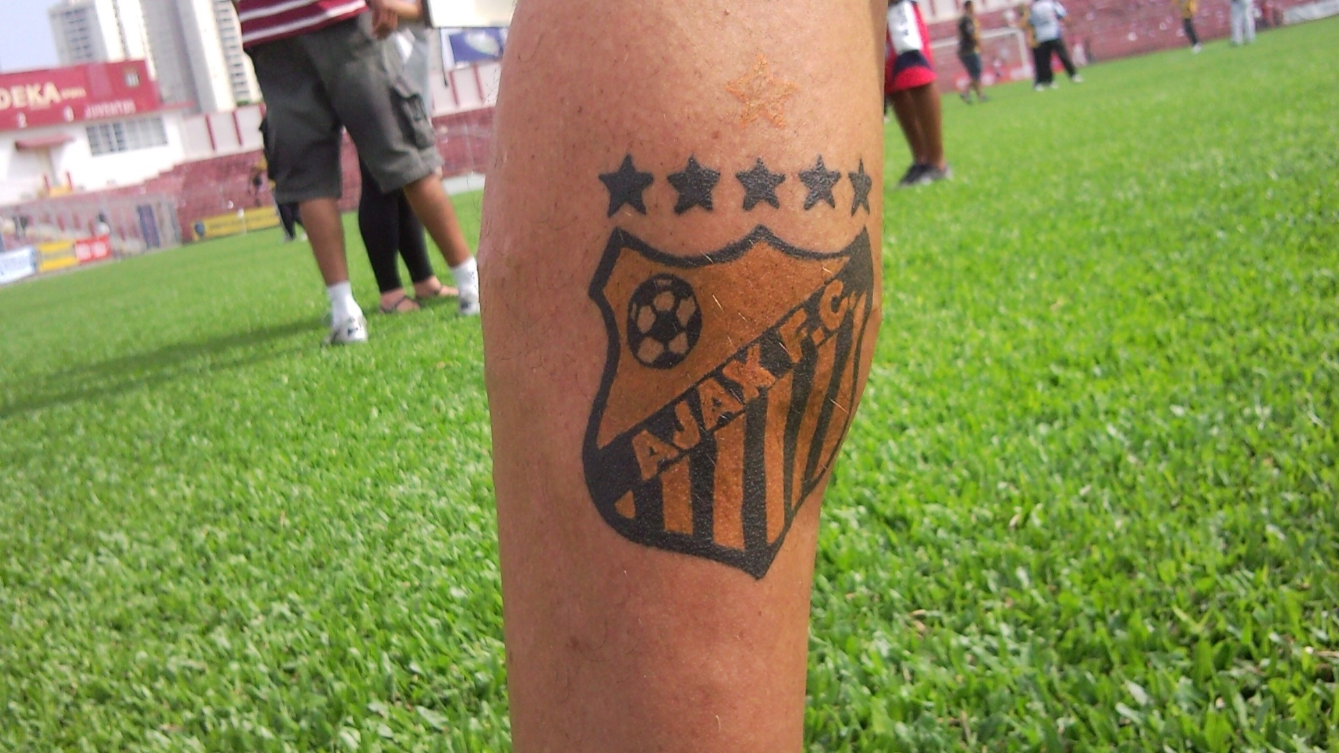 Detalhe da tatuagem de Tukinha, técnico do Ajax, da Vila Rica