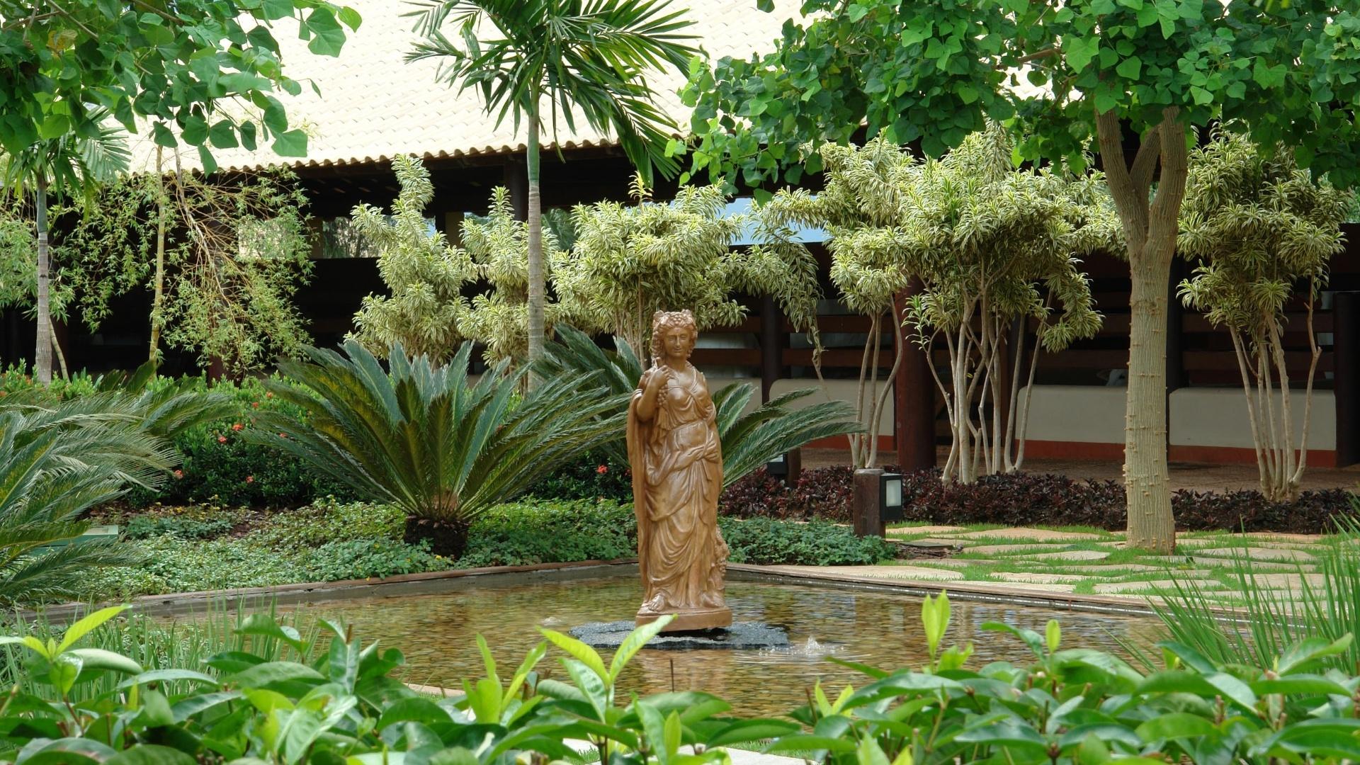 A diversidade da flora tropical - com suas formas, cores e texturas - associada às fontes, espelhos d' água e esculturas traz identidade ao jardim da Chácara Cedro, em Uberaba, com paisagismo de Marcelo Novaes