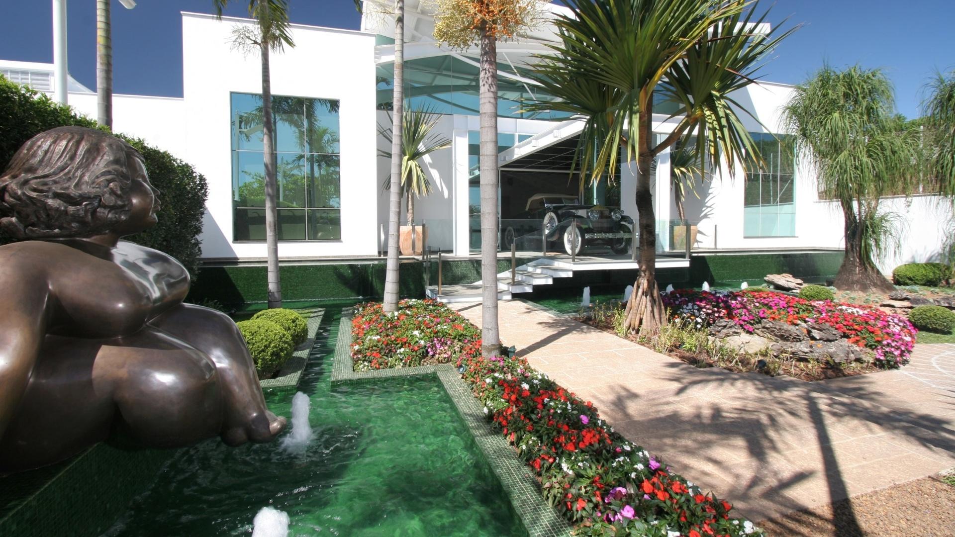 Um grande espelho d'água com linhas retilíneas valoriza a entrada do local de exposição e envolve a escultura estrategicamente instalada, fundida em bronze e de autoria da artista plástica Eliana Kertész. O paisagismo do salão de festas é assinado pelo arquiteto e paisagista Marcelo Novaes