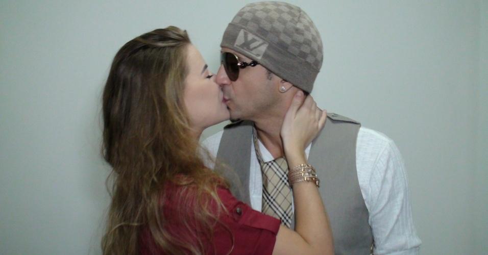 Latino beija sua namorada, Rayanne Morais, nos bastidores de gravação do clipe