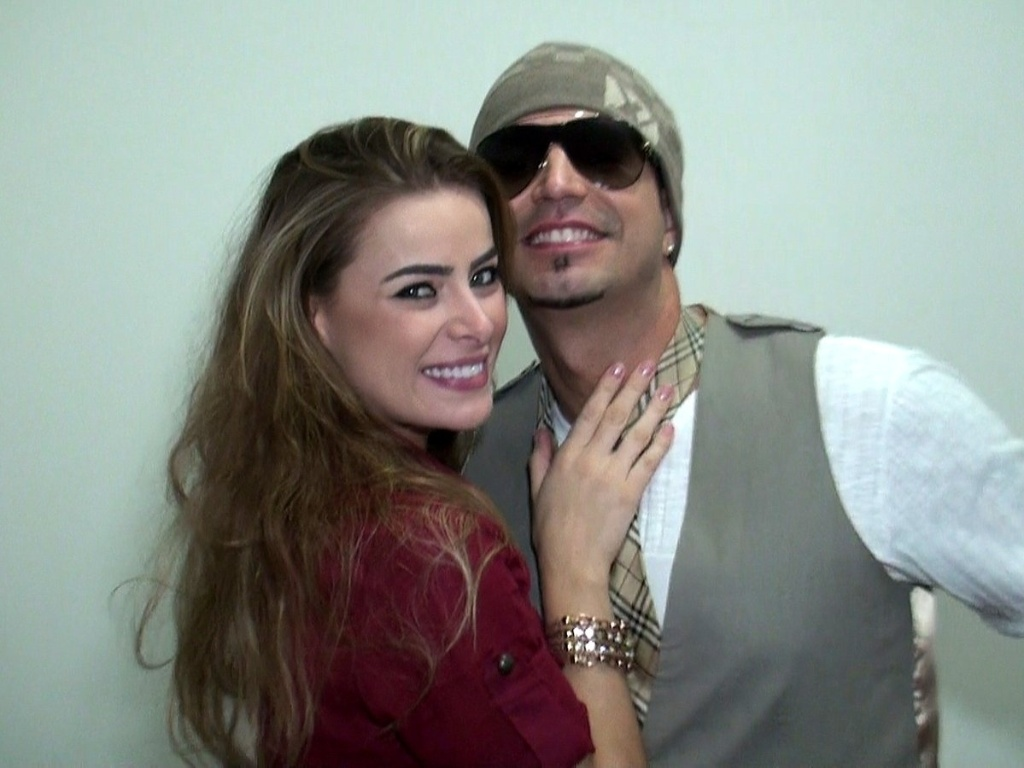 Latino recebe sua namorada, Rayanne Morais, nos bastidores de gravação do clipe