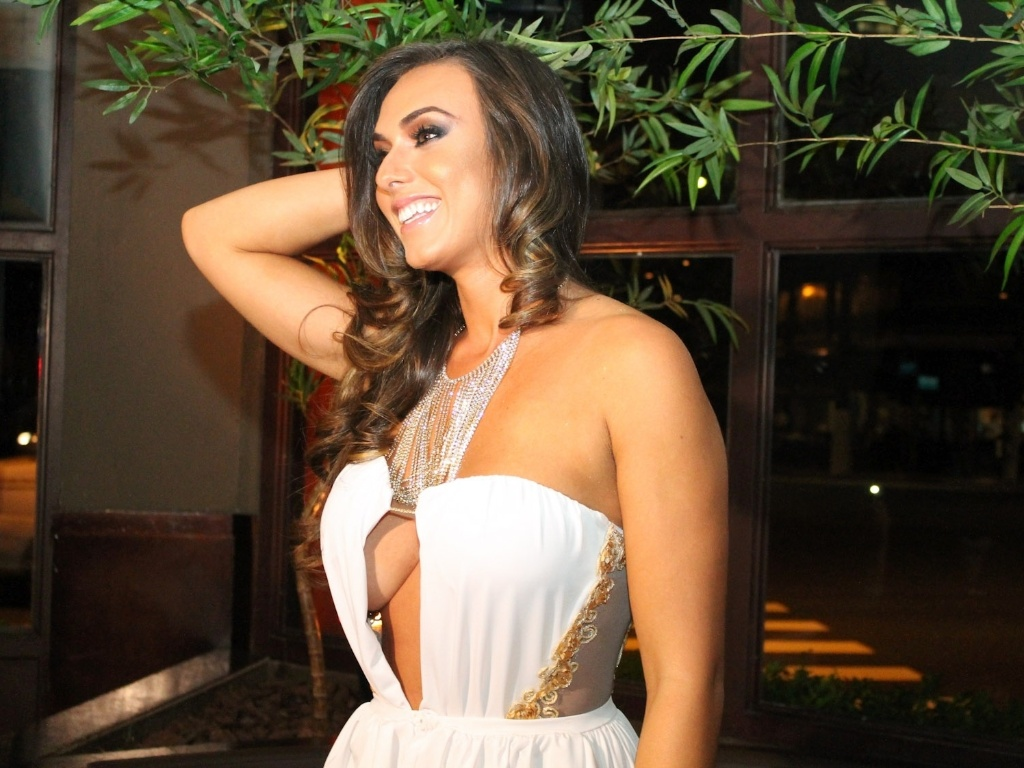 Nicole Bahls durante festa de lanamento da grife FXB by Nicole Bahls, com show da dupla Marcos & Claudio, no Maevva, localizado no bairro do Itaim Bibi, em So Paulo. O vestido branco que ela usou no evento e outras peas foram desenhadas por ela (12/11/12)