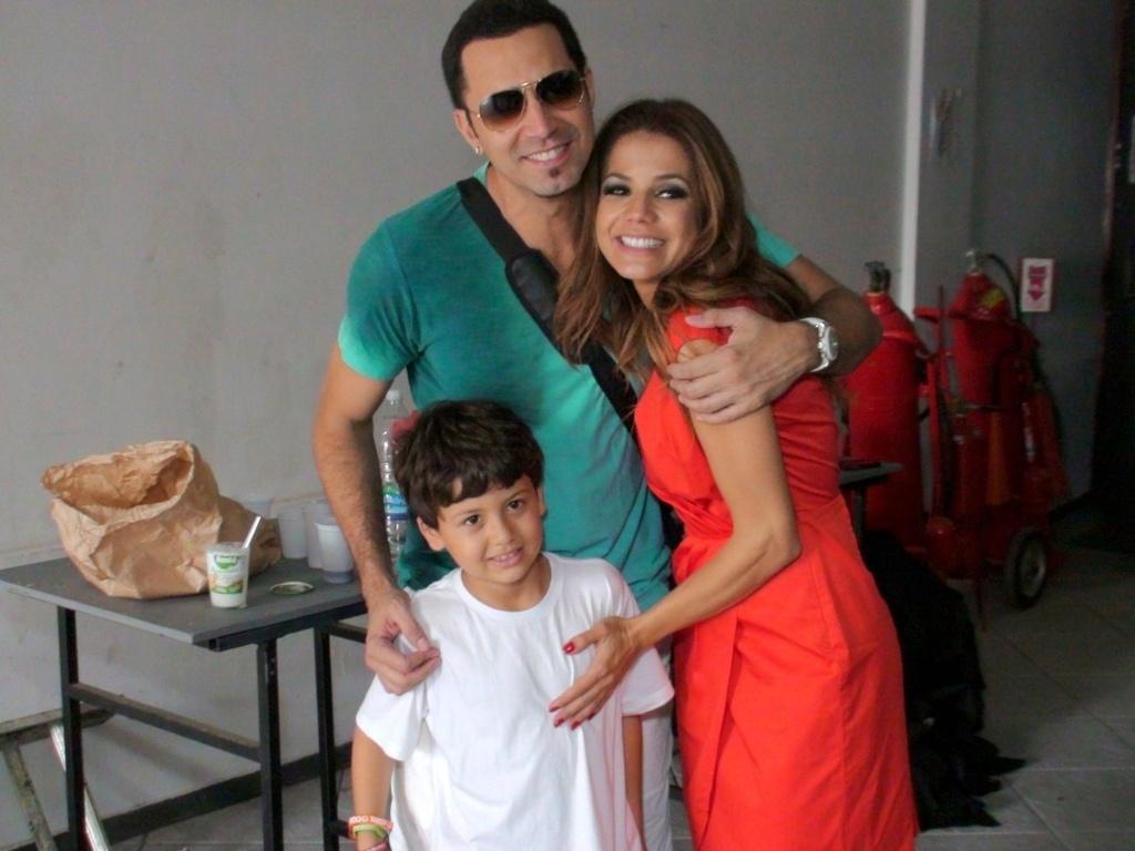 Nivea Stelmann levou o filho Miguel para tirar foto com Latino nos bastidores de gravação do novo clipe do cantor no Polo Cine Vídeo, no Rio (13/11/2012)
