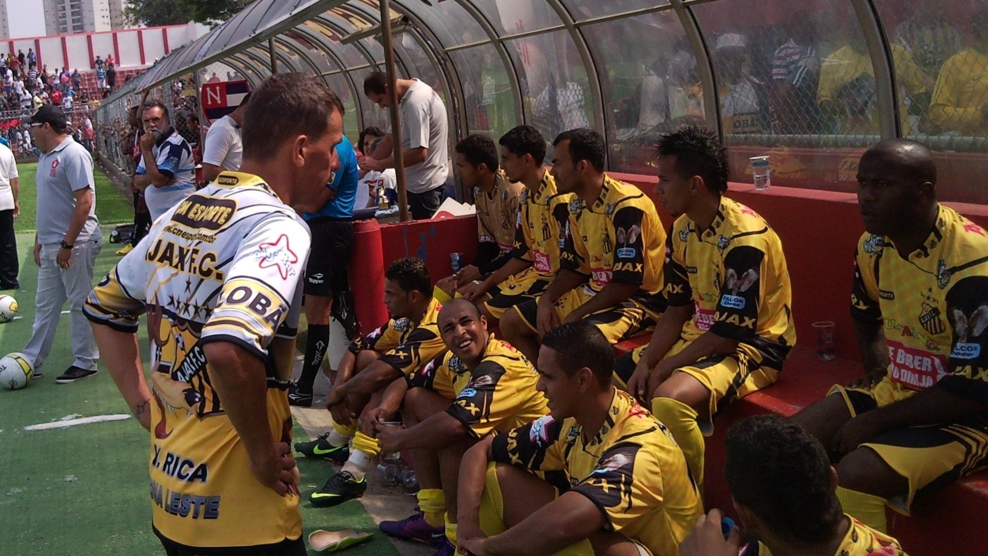 Tukinha conversa com jogadores do Ajax, da Vila Rica