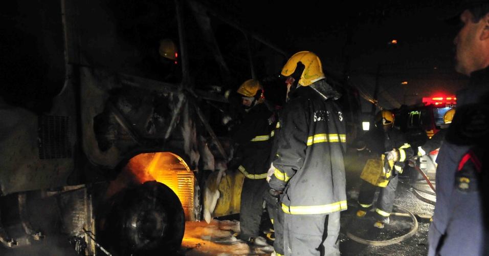 14.nov.2012 - Homens do Corpo de Bombeiros tentam apagar fogo em ônibus que trafegava no bairro dos Ingleses, no norte de Florianópolis (SC)