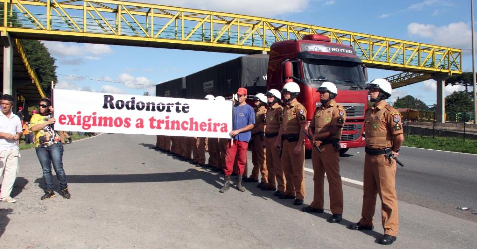 14.nov.2012 - Manifestantes pararam a rodovia BR 277, em Curitiba (PR), pedindo construção de trincheiras e mais segurança. O protesto dificultou o trânsito na saída para o feriado prolongado