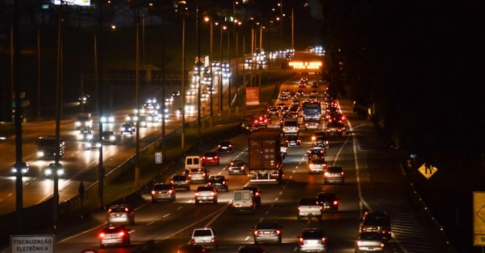 14.nov.2012 -  Motoristas enfrentam trânsito moderado na rodovia Anchieta, altura do Km 18, nesta quarta-feira (14), em São Paulo, véspera de feriado prolongado