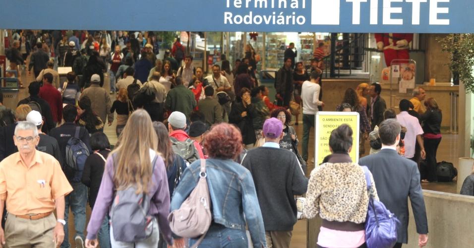 14.nov.2012 - Movimentação intensa nesta quarta-feira (14) na rodoviária do Tietê, zona norte de São Paulo