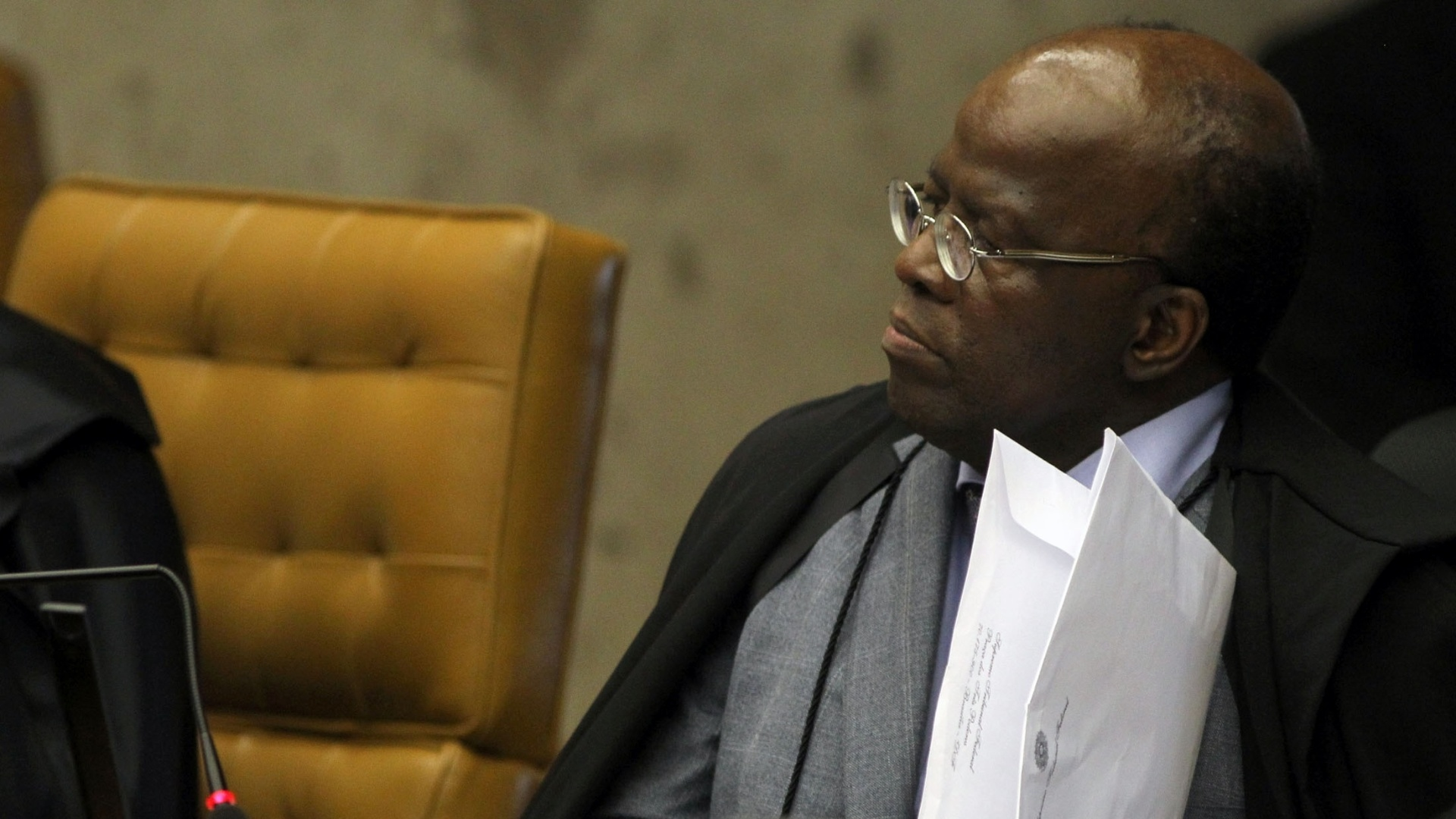 14.nov.2012 - O ministro-relator do processo do mensalo, Joaquim Barbosa, participa de sesso no STF, em Braslia. O ex-vice-presidente do Banco Rural Jos Roberto Salgado foi condenado pelo STF a 16 anos e 8 meses de priso e multa de R$ 926.400 pelos crimes de formao de quadrilha, lavagem de dinheiro, evaso de divisas e gesto fraudulenta