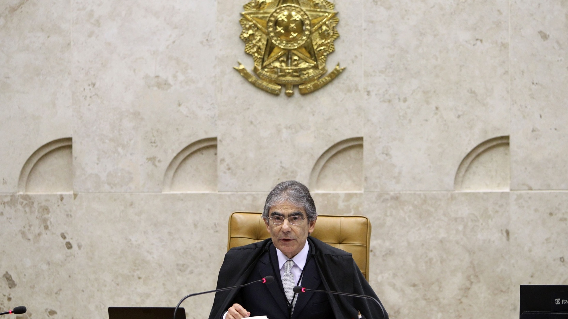 14.nov.2012 - O presidente do Supremo Tribunal Federal, o ministro Ayres Britto, dá início à sessão de julgamento do mensalão que define pena de ex-dirigentes do Banco Rural