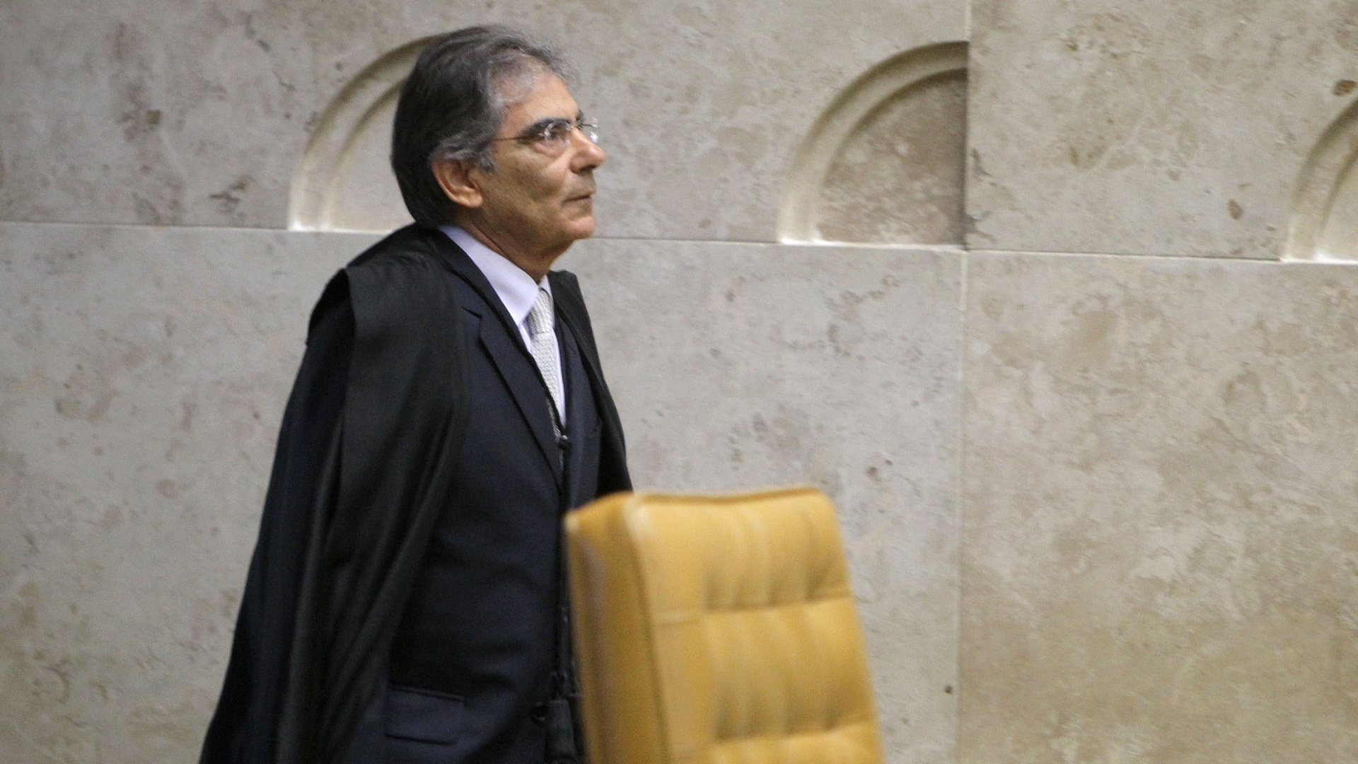 14.nov.2012 - O presidente do Supremo Tribunal Federal, o ministro Ayres Britto, faz a primeira entrada no plenrio para sua ltima sesso no STF. No prximo dia 18, Britto, completa 70 anos, idade limite para exercer a magistratura no Brasil, e ir se aposentar 