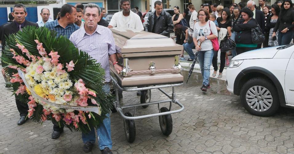 14.nov.2012 - Parentes carregam o caixão de Tiago Ferreira Neto no cemitério Jardim da Saudade, em Sulacap (RJ), nesta quarta-feira (14). Ele morreu nos Estados Unidos no dia 29 de outubro, na passagem do furacão Sandy