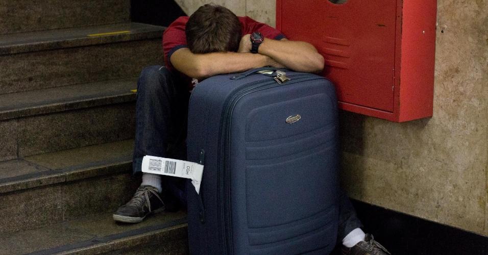 14.nov.2012 - Passageiro cochila ao lado de sua bagagem no aeroporto de Congonhas, na zona sul de São Paulo, na véspera do feriado prolongado