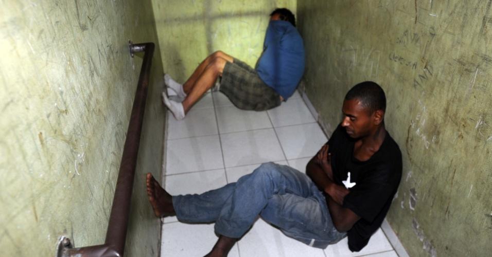 14.nov.2012 - Polícia Militar de Santa Catarina prendeu 36 pessoas numa tentativa de identificar os autores dos 24 atentados registrados nas últimas 48 horas contra policiais, carros e ônibus em cinco cidades do Estado