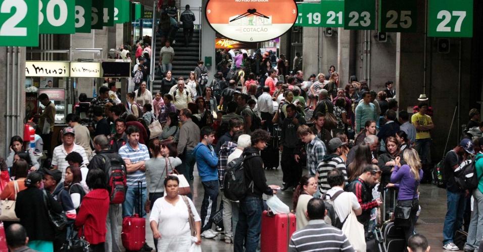 14.nov.2012 - Rodoviária do Tietê, zona norte de São Paulo, tem grande movimentação na véspera do feriado prolongado