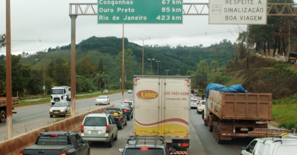 14.nov.2012 - Trânsito na BR-040, em Belo Horizonte, saída para o Rio de Janeiro, na manhã desta quarta-feira. O movimento deve aumentar ao longo do dia devido ao feriado da Proclamação da República