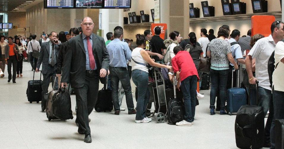 14.nov.2012 - Turistas enfrentam filas no aeroporto Santos Dummont, no Rio de Janeiro (RJ), na véspera de megaferiado prolongado