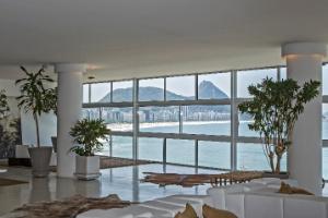 Apê dos anos 1950 ganha living com 220 m² e janelão para contemplar a praia de Copacabana - Julio Guimarães/ UOL