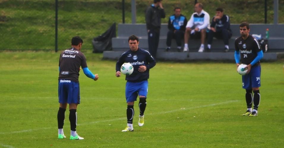 Atacante Kleber treina na véspera da partida do Grêmio no suplementar do El Campín em Bogotá sob o olhar de André Lima (14/11/2012)