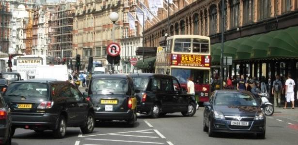 Em Londres, desde 2003 é cobrada taxa para quem trafega com seu veículo particular por uma área de 45 km², no centro da cidade.