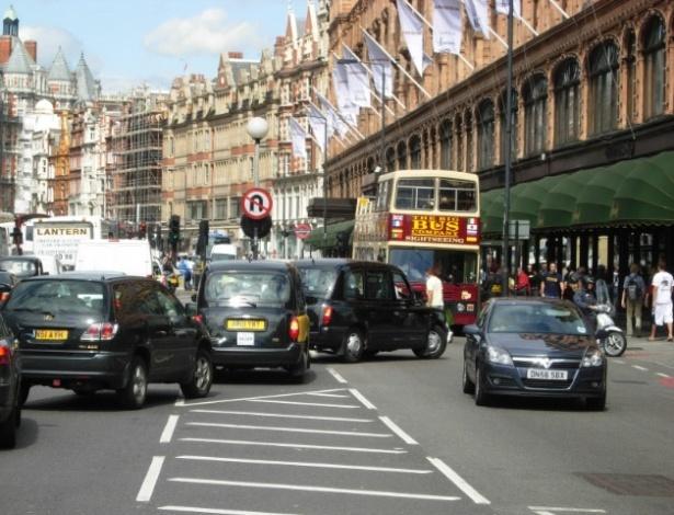 Congestionamento em Brompton Road na área central de Londres, Inglaterra, cidade que adotou o pedágio urbano em 2003