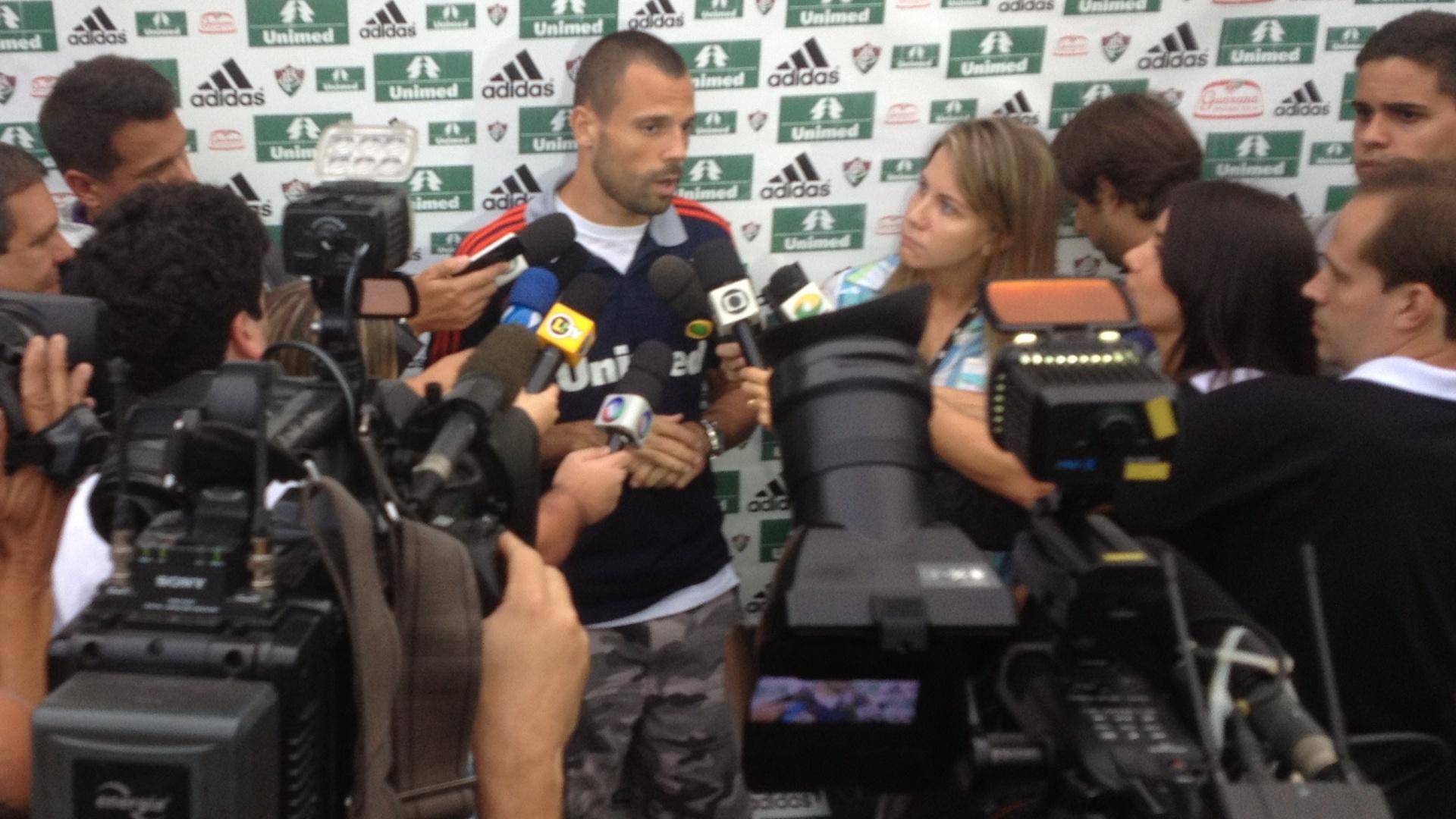 Convocado para defender o Brasil no Superclássico das Américas, goleiro Diego Cavalieri é muito assediado após treino do Fluminense (14/11/2012)
