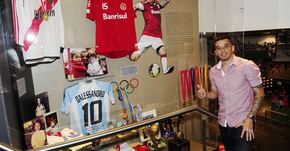 D'Alessandro posa ao lado de área do Museu do Inter em sua homenagem (14/11/12)