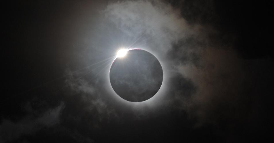 Eclipse solar total é visto por milhares de turistas, em Queensland, na Austrália