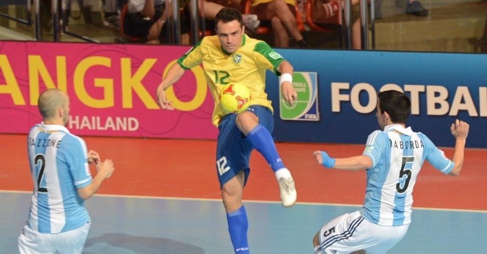Falcão luta pela bola entre dois argentinos durante a vitória brasileira pelas quartas de final da Copa do Mundo de futsal