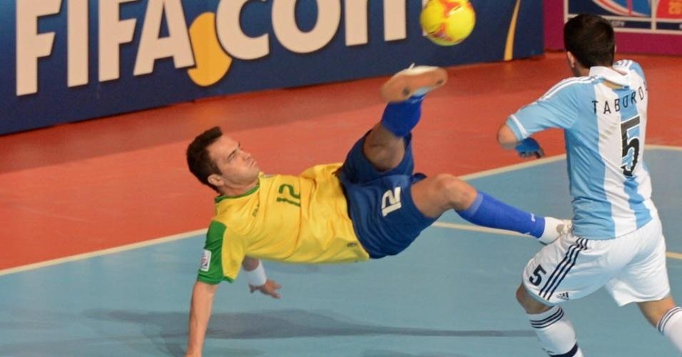 Falcão, que jogou mesmo debilitado por paralisia facial, tenta lance durante a vitória do Brasil contra a Argentina